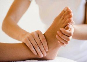 Bấm huyệt trị đau lưng ở bàn chân