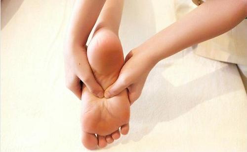 Giảm đau chân, nhức mỏi gối có rất nhiều cách trong đó có ghế mát xa