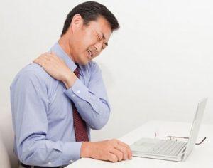 - Đau nhức đột ngột toàn bộ vùng cổ vai gáy