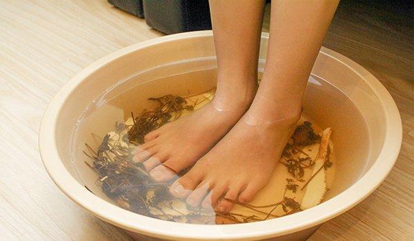 Ngâm chân nước muối và bấm huyệt