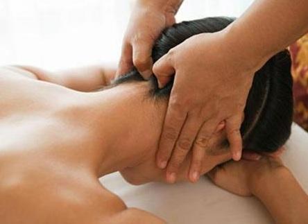 mát xa phần sau cổ nhẹ nhàng giảm đau mỏi
