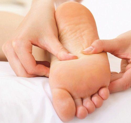 Xoa bóp gan bàn chân và bấm huyệt